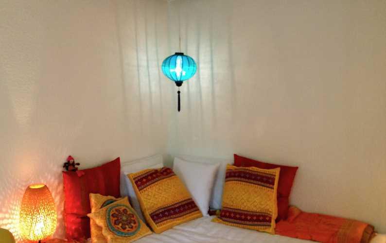 Een turquoise Vietnamese lampion als hanglamp in de kinderkamer