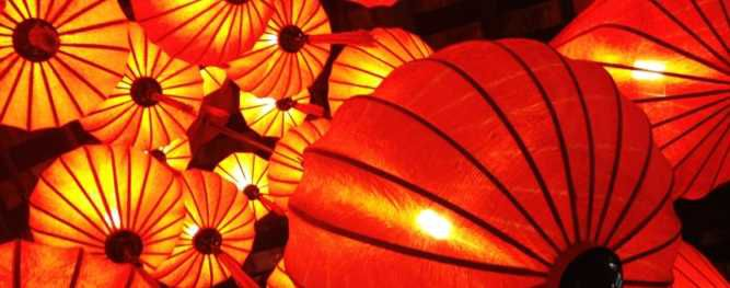 Oranje lampionnen als hanglamp