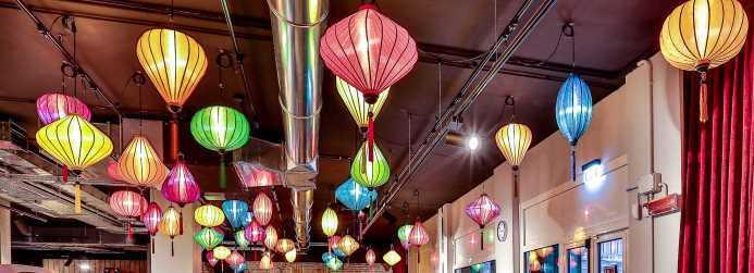 Gekleurde lampionnen als hanglamp