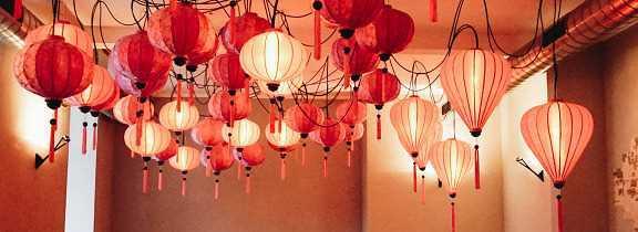 Roze lampionnen aan plafond