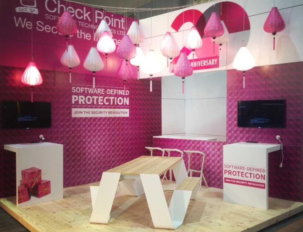 Een verzameling roze en witte lampions in een roze beursstand